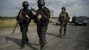 Ukrainian National Guard soldiers guard a checkpoint outside of Sloviansk - 4 May 2014