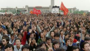 Students pay their respects to former Chinese Communist Party leader and liberal reformer Hu Yaobang in Tiananmen Square on 22 April 1989