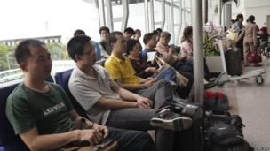 Chinese nationals wait for departure at Tan Son Nhat airport in Ho Chi Minh City on 15 May, 2014