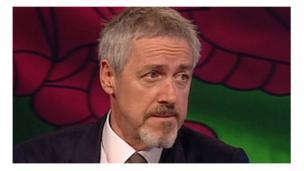 Yr actor a'r digrifwr Griff Rhys Jones ddaeth i enwogrwydd yn Not The Nine O'Clock News