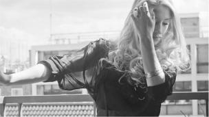 Gallwch glywed llais hudol, swynol Violet ar Lwyfan 'BBC Introducing' eleni