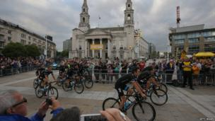 Team Sky is greeted by supporters as they ride through Millenium Square en-route to the Team Presentation prior to the 2014 Le Tour de France. (Photo by Doug Pensinger/Getty Images)