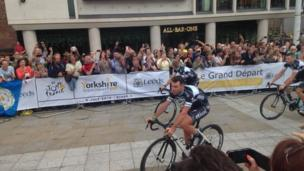 Mark Cavendish riding through the streets of Leeds