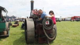 Driver Mark Hawkins with traction engine L plate. Pic: Andrew Segal