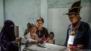 Indonesians cast their vote in the presidential election in Yogyakarta on 9 July 2014