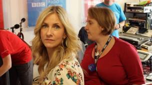 Eleri Sion yn paratoi am ei rhaglen ar BBC Radio Wales o'r Sioe. >> Eleri Sion prepares to broadcast to the nation on BBC Radio Wales from the Show.
