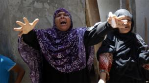 Relatives of the Siyam family mourn their dead in the Gaza town of Rafah (21 July 2014)