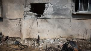 A blast hole in a building in the Israeli town of Sderot (21 July 2014)