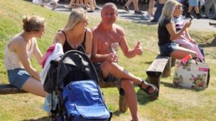 Y gwin gwyn yn plesio Lara, Debra a Gary o Gaerdydd // Lara, Debra and Gary from Cardiff enjoying life in the Powys sunshine.