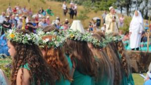 Merched y ddawns flodau / The flower girls