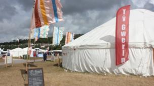 Cymylau du tu ôl i babell Tŷ Gwerin / Dark clouds behind Tŷ Gwerin tent