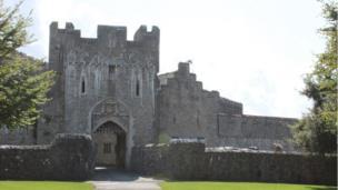 Castell San Dunwyd sydd, ers 1962, wedi bod yn gartref i UWC Coleg yr Iwerydd. // Since 1962 St Donat's Castle has been the home of UWC Atlantic College.