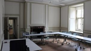 A dyma fe! Y stafell wely nawr yw ystafell ddosbarth Economeg y coleg. // Here it is! Now it's UWC Atlantic Colleges' Economics classroom.