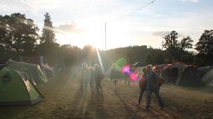 Machlud yr haul ar ôl diwrnod llawn hwyl // The sun setting on the festival after a fun-filled day