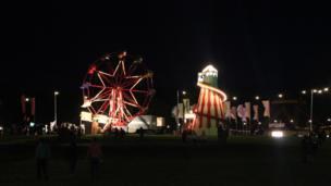 Fel yr hwyl, roedd yr olwyn Ferris dal i droi drwy'r nos // The fun continued through the night, as did the Ferris wheel