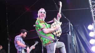 Canwr Reel Big Fish yn ddifyrru'r gynulleidfa // The lead singer of Reel Big Fish puts on a show