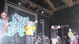 Un o fandiau mwyaf enwog yr ŵyl: Reel Big Fish // One of the biggest hits of the festival: Reel Big Fish