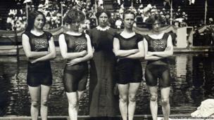 Irene Steer (ar y dde) yn Stockholm ym 1912 - Y Gymraes gyntaf i ennill medal aur Olympaidd, a hynny fel rhan o dîm ras gyfnewid nofio 4x100m Prydain Fawr // Irene Steer (right) in Stockholm in 1912 - The first Welsh woman to win an Olympic gold medal, as a member of Great Britain's 4x100m relay swimming team