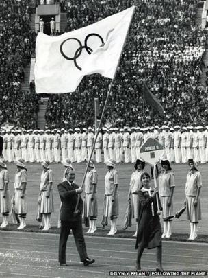 Richard Palmer yn cario'r faner Olympaidd yn seremoni agoriadol Gemau Olympaidd 1980 ym Moscow // The Olympic banner being held by Richard Palmer during the opening ceremony of the 1980 Olympic Games in Moscow