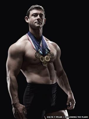 David Morgan gyda'i bum medal o Gemau'r Gymanwlad // David Morgan with his five Commonwealth Games medals