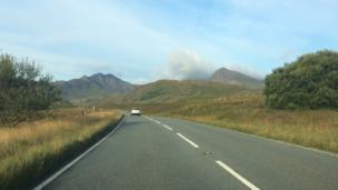 Edrych yn ddrwg. Yr Wyddfa dan gwmwl wrth yrru // Looks bad. Snowdon's under a cloud as we drive to the starting point