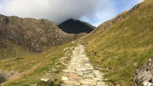 Ac ymlaen ar hyd y llwybr i'r copa... mae hi dal yn gymylog! // And onwards along the path to the peak... it's still cloudy there!
