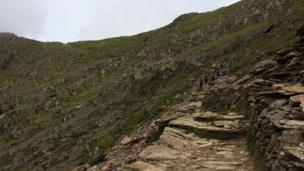 Mae llwybr yn fwy cul ac yn fwy serth // The path becomes narrower and steeper