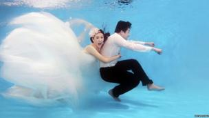 Gu Tou & Frank being photographed underwater
