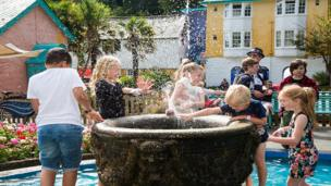 Hwyl yn y dŵr! // The kids making a splash at Portmeirion!