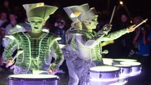 Mae'r perfformwyr yma yn sicr yn rhoi 'chydig o sbarc i'r noson! // Members of Spark lighting the festival through the night