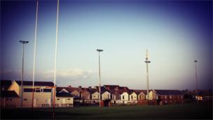 Mae pafiliwn arbennig wedi ei godi yng nghlwb rygbi Gorseinon i ddathlu llwyddiant un o'u meibion enwocaf, cefnwr Cymru a'r Llewod, Leigh Halfpenny // A pavilion has been erected in Gorseinon RFC to celebrate the success of their most famous home-grown talent, Wales and British Lions full-back Leigh Halfpenny