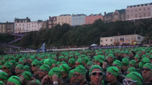 Môr o gapiau gwyrdd yn tyfu ar draeth gogledd Dinbych-Y-Pysgod // A sea of green fill Tenby's North beach