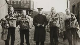 Roedd gweithwyr o lofeydd Gresffordd a Llai wedi gwirfoddoli ar gyfer yr ymgyrch achub / Workers from Gresford and Llay Main collieries volunteered for the rescue operation