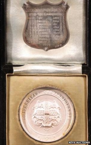 Cambridge University WW1 boat race medal sells at auction
