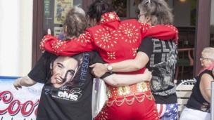 Mae Elvis yn amyneddgar iawn gyda'i gefnogwyr / Elvis always has time for his fans!