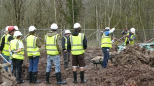 Mae angen hyfforddi nifer o wirfoddolwyr brwdfrydig // Enthusiastic volunteers need to be trained accordingly