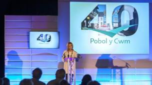 Nia Roberts, arweinydd noson y dathlu // Nia Roberts presented Pobol y Cwm's special night of celebration