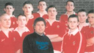 Anodd credu taw nid Luke Charteris (cefn, ail or chwith) oedd y talaf yn Ysgol Tregib / Hard to believe that Luke Charteris (back row, 2nd from left) wasn't the tallest at Tregib School