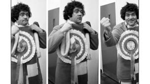 Max Boyce yn paratoi i fynd ar y llwyfan yn y 70au // Max Boyce prepares to take to the stage in the 1970's