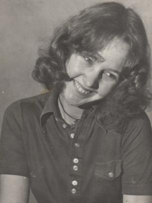 Caryl Parry Jones yn edrych yn ddiniwed iawn nôl yn y 70au // A fresh faced Caryl Parry Jones in the 1970's.