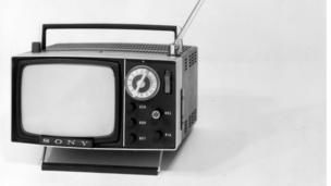 Un o'r setiau teledu symudol cyntaf o 1970 // One of the first portable TVs from 1970