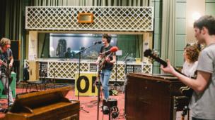 Band o Lanuwchllyn yw Candelas, band gyda naws roc indie a'r blues, sy'n awgrymu band sy'n ymestyn ffiniau sain y sîn gerddorol.