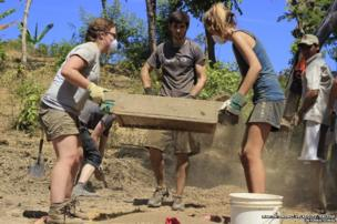 Volunteers refine sand which will be used to construct tree nurseries in La Flor, Achuapa in Nicaragua