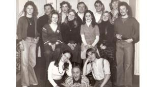 Ryan gydag aelodau cast Babes in The Wood yn 1977. Wythnosau wedi tynnu'r llun hwn, roedd wedi marw // Ryan backstage with the cast of Babes in The Wood in 1977. Some weeks after this picture was taken, Ryan was dead