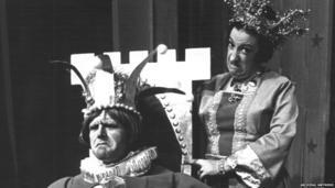 Mawredd Mawr: Dylan Jones fel y Brenin Cwallter Caswallon a Beryl Hall fel y Frenhines Martha