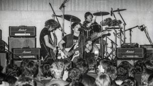 Pwy yw'r band sy'n rocio yng Nghorwen yn 1982?