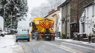 Lori halen yn brysur ar yr A44 yng Ngoginan / Gritter lorry at work on the A44 near Goginan