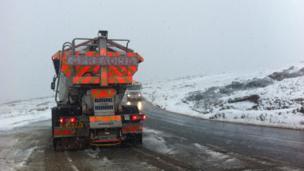 Clirio'r ffyrdd ar fryniau'r Preseli / Clearing the road on the Preseli hills