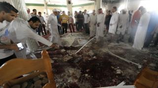 قطیف میں شیعہ فرقے کی ایک مسجد میں مئی 2015 میں خودکش حملے کے بعد کا منظر