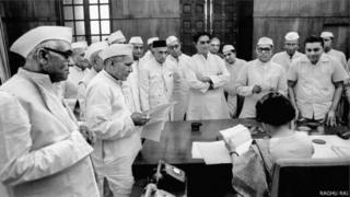 इंदिरा गांधी गुजरात के विधायकों के साथ